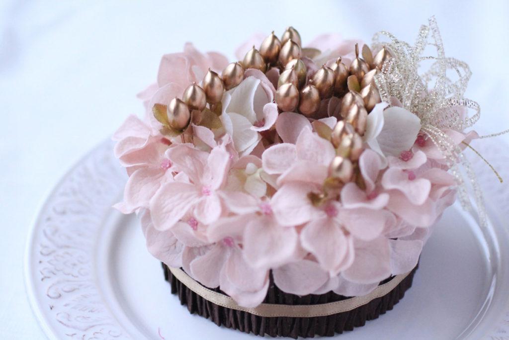 フラワーケーキ~記念日の贈り物に、リングピローに~イニシャル「文字フラワー®」ケーキ~オーダーメイド品